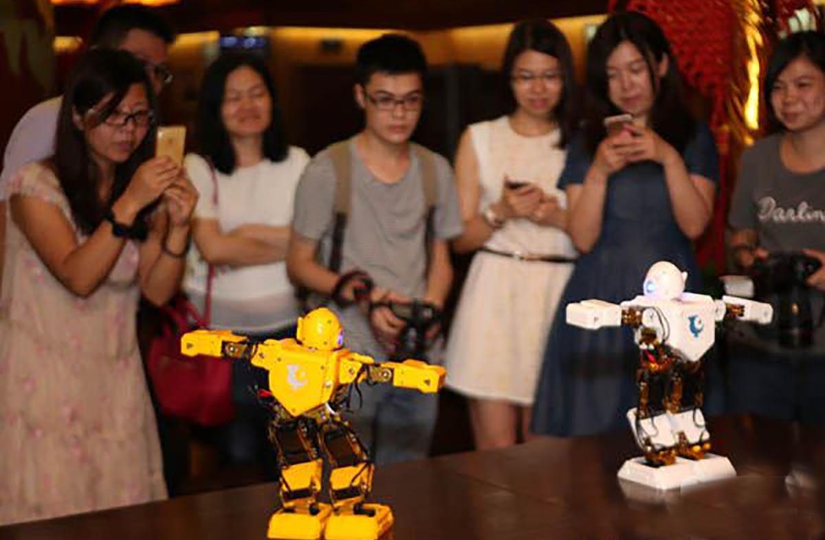 """今甲科技""""盘古""""机器人跳起舞 90后创客分享创新灵感"""