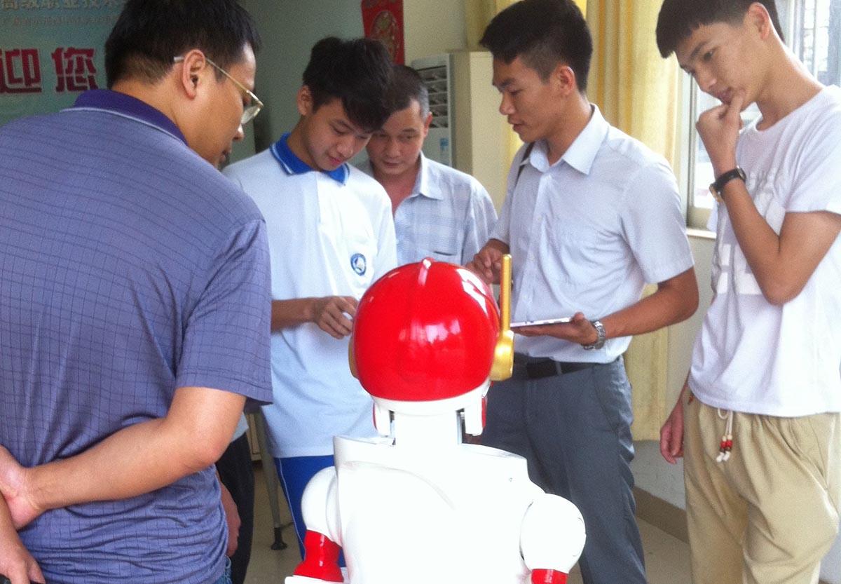 """今甲机器人""""孙悟空""""入驻广州市信息工程职业学校"""