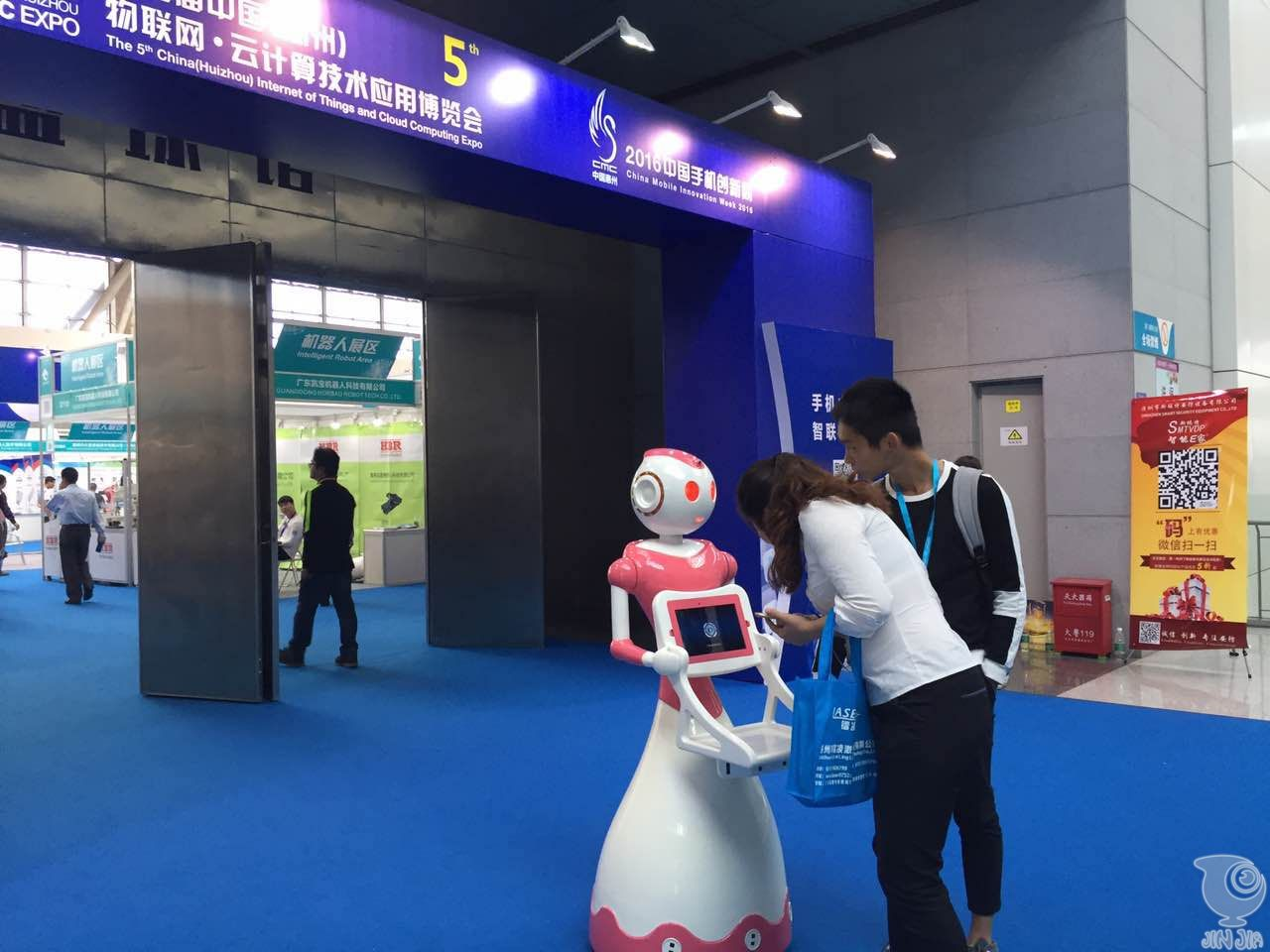 中国物联网•云计算技术博览会上,商用服务机器人引关注