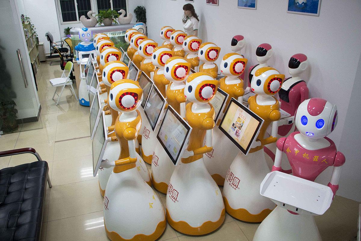 今甲机器人年底批量上岗福建各机场动车站服务