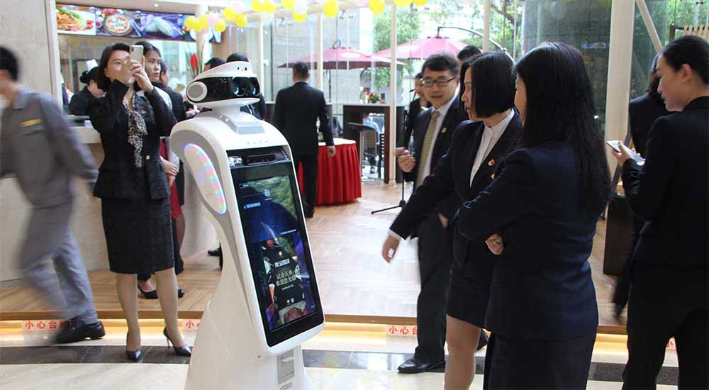 """今甲机器人""""J1""""在亚洲国际大酒店服务应用"""