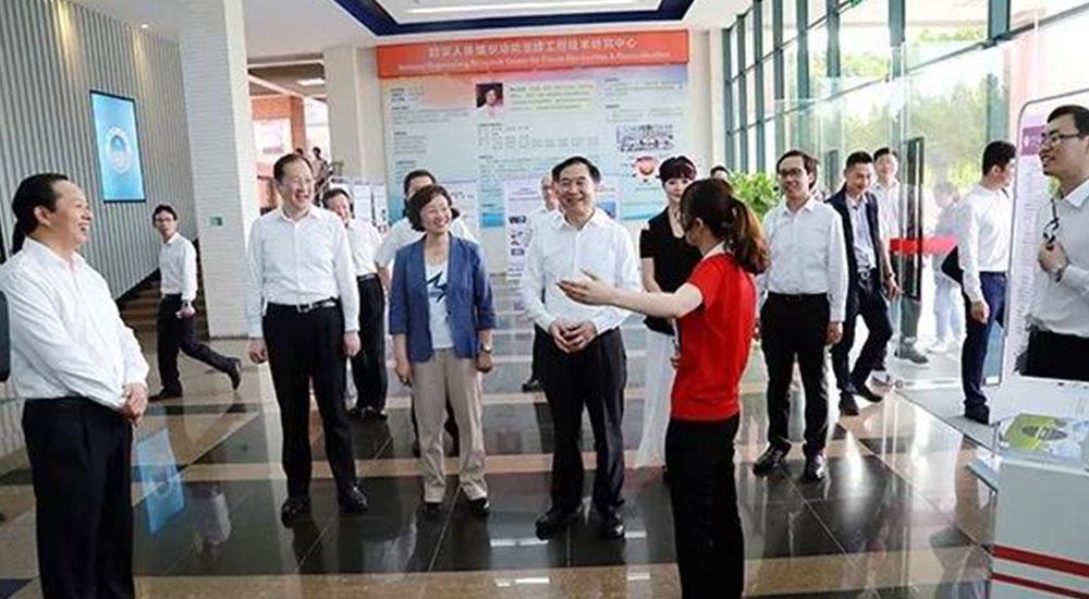 今甲机器人受邀回华南理工参加省委书记调研工作
